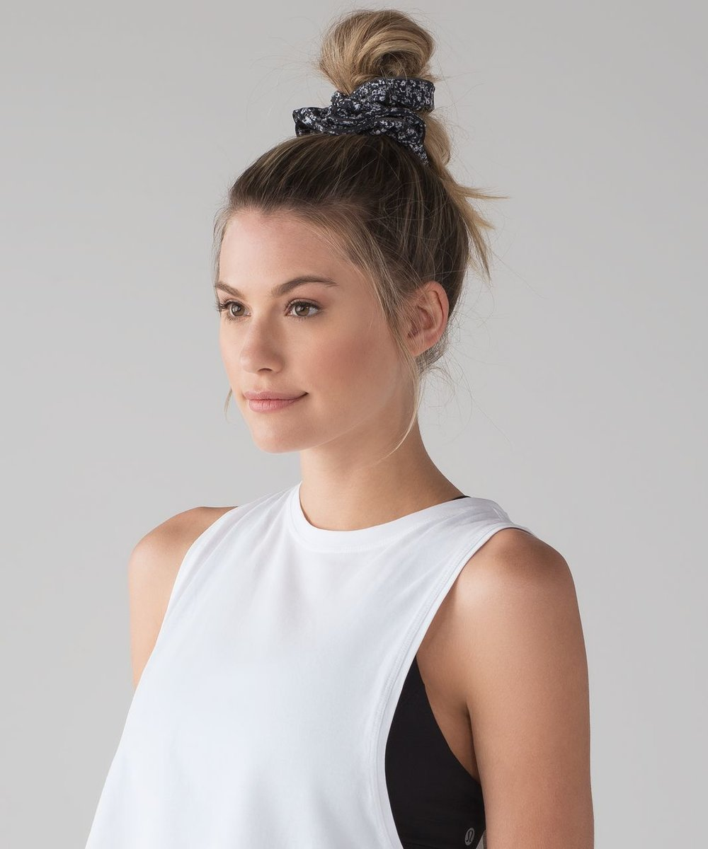 how-to-style-hair-accessories-scrunchies-hairstyles-ways-to-wear-ponytail-lululemon-light-locks-scrunchie-daisy-dust-white-black.jpg