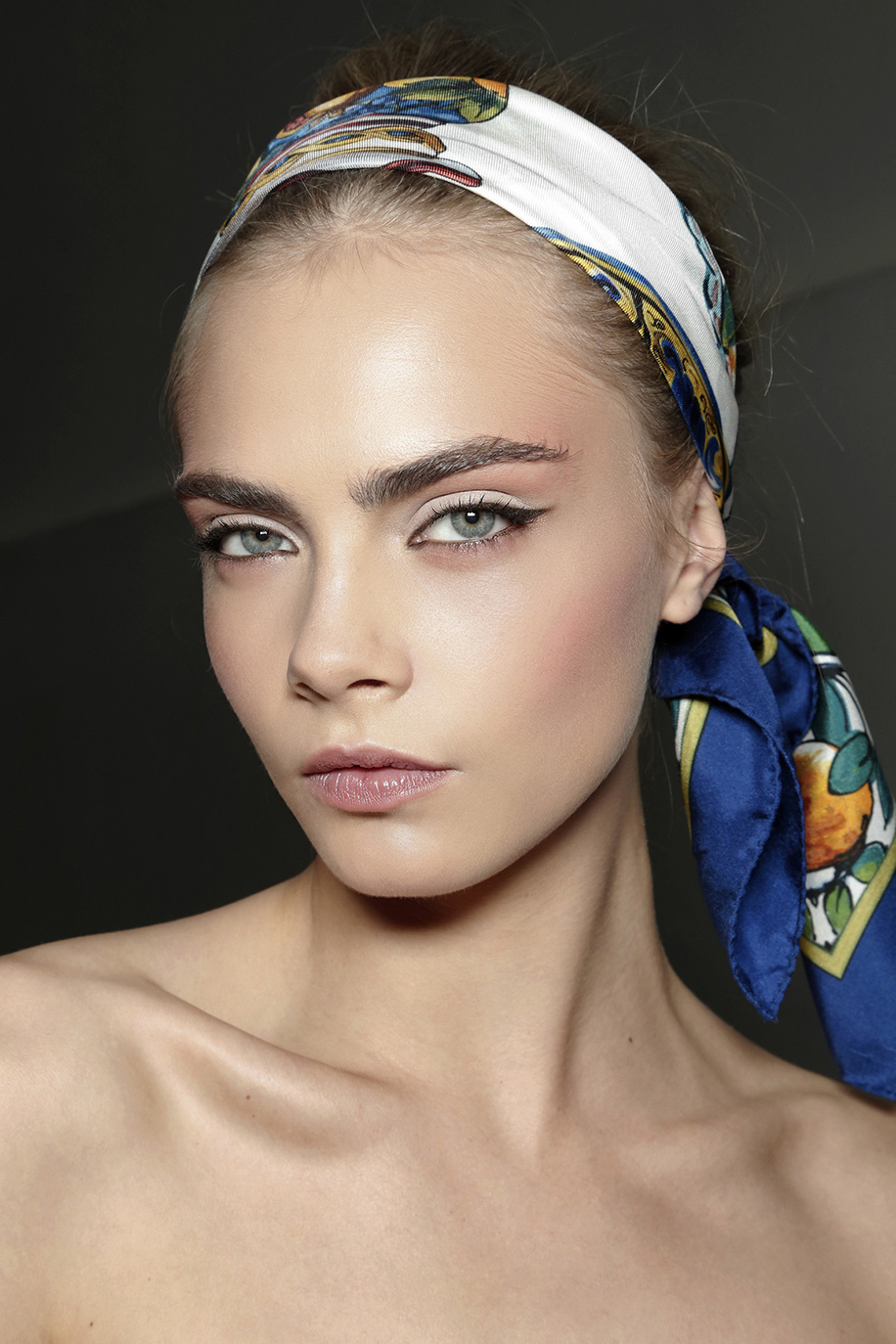 how-to-style-hair-accessories-scarf-scarves-bandana-silk-dolce-gabbana-summer-tied-print.jpg