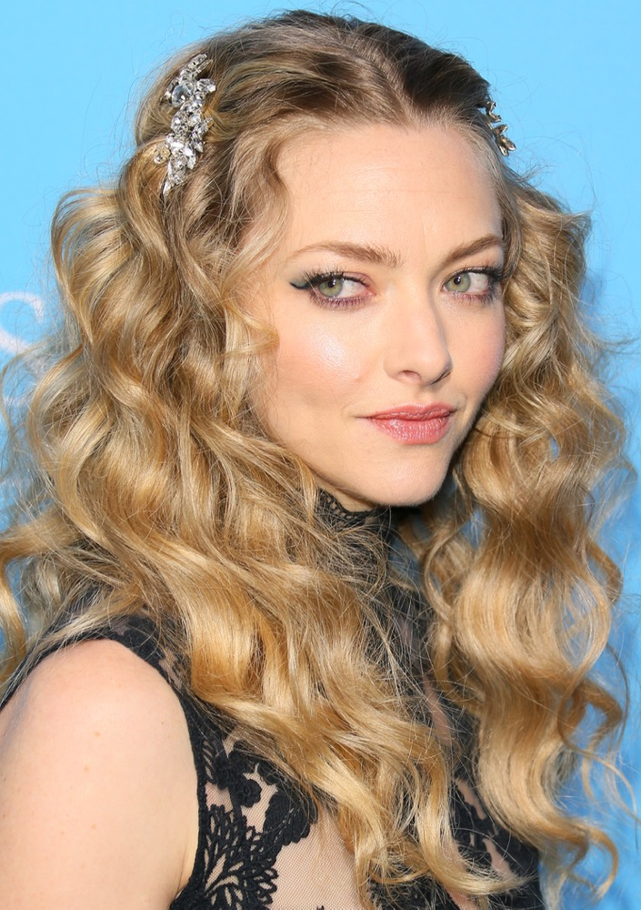both-side-how-to-style-hair-accessories-clip-barrettes-amandaseyfried-gringo-premiere-blonde-wavy-jewel.jpg