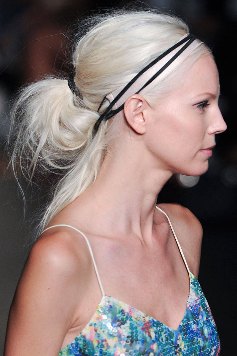 skinny-how-to-style-hair-accessories-headbands-hairstyles-ways-to-wear-thin-black-blonde-ponytail.jpg