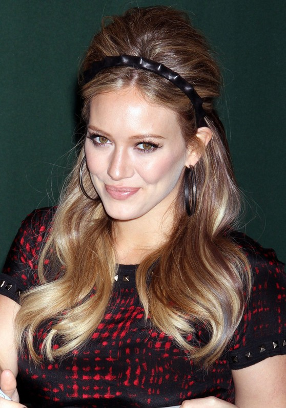 skinny-how-to-style-hair-accessories-headbands-hairstyles-ways-to-wear-thin-hilaryduff-black-blonde-hoops.jpg