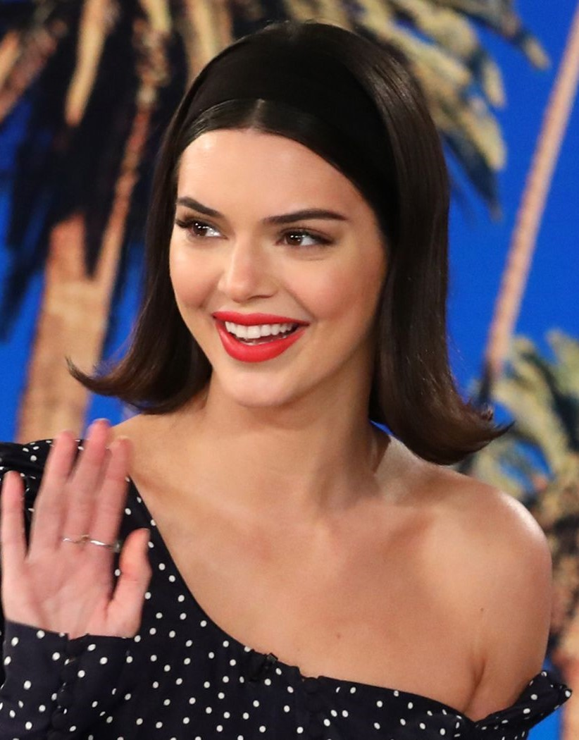 medium-how-to-style-hair-accessories-headbands-hairstyles-ways-to-wear-kendalljenner-bob-flippedout-black.jpg