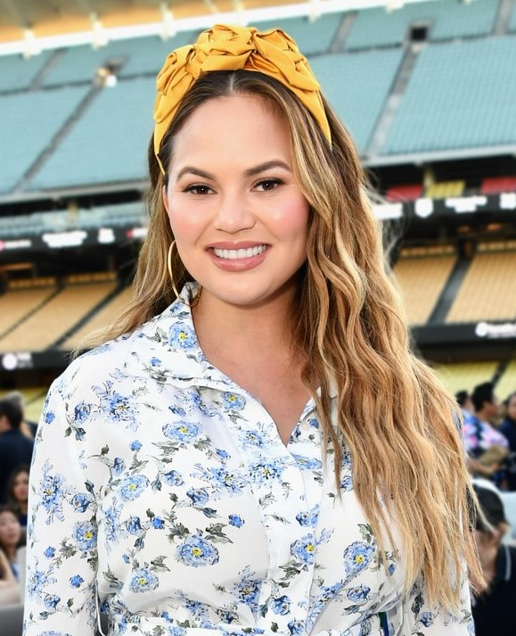 medium-how-to-style-hair-accessories-headbands-hairstyles-ways-to-wear-yellow-chrissyteigen-long-wavy.jpg