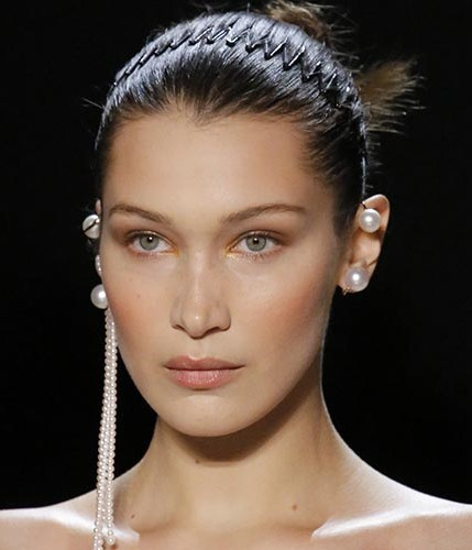 comb-how-to-style-hair-accessories-headbands-hairstyles-ways-to-wear-90s-hair-trends-comb-bellahadid-pearl-jewelry-runway-bun.jpg