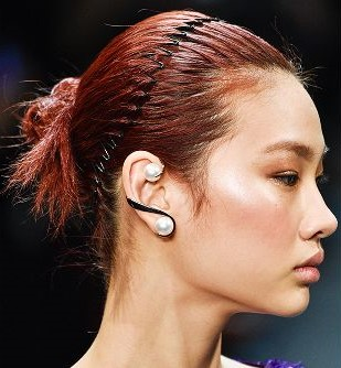 comb-how-to-style-hair-accessories-headbands-hairstyles-ways-to-wear-autumn-winter-2018-beauty-trends-bun.jpg