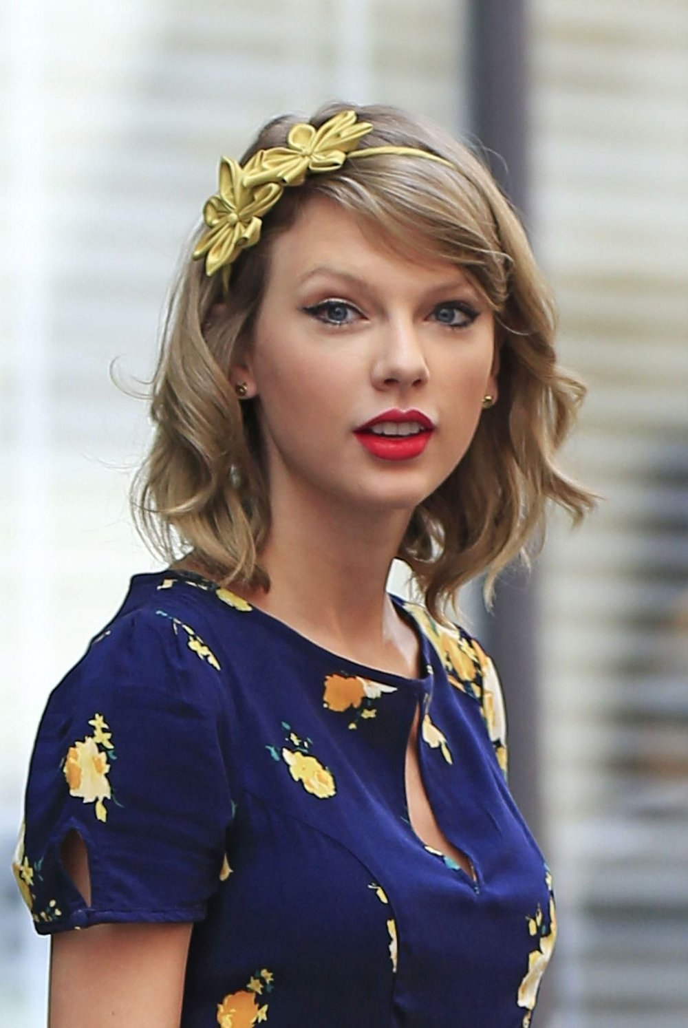 ornate-how-to-style-hair-accessories-headbands-hairstyles-ways-to-wear-taylor-swift-yellow-floral-flowers-lob-wavy.jpg