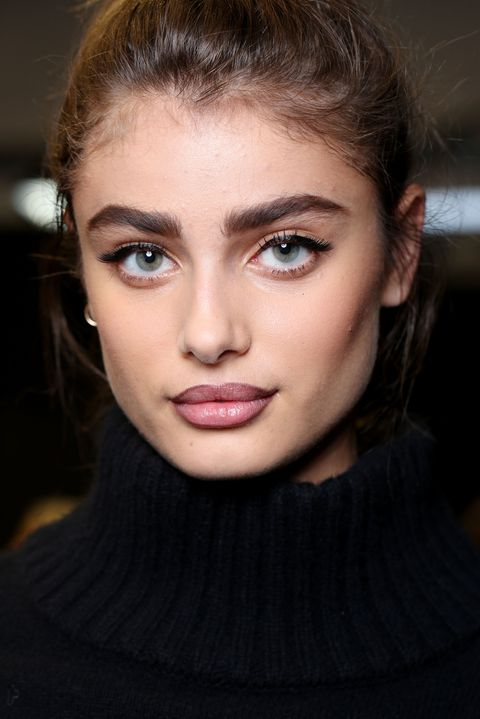 makeup-style-what-to-wear-christmas-day-dinner-holiday-outfits-winter-black-eyeliner.jpg