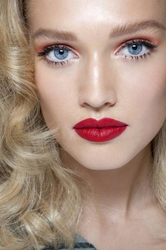 makeup-style-what-to-wear-christmas-day-dinner-holiday-outfits-winter-blue-eyes-red.jpg