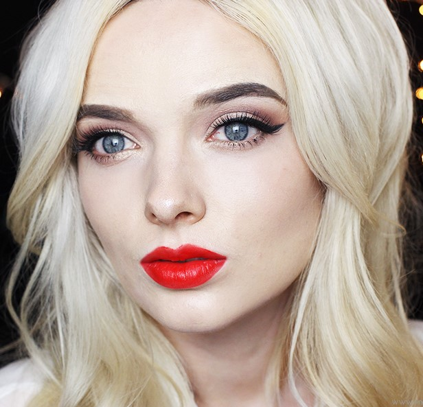 makeup-style-what-to-wear-christmas-day-dinner-holiday-outfits-winter-eyeliner-red-lips-snow.jpg