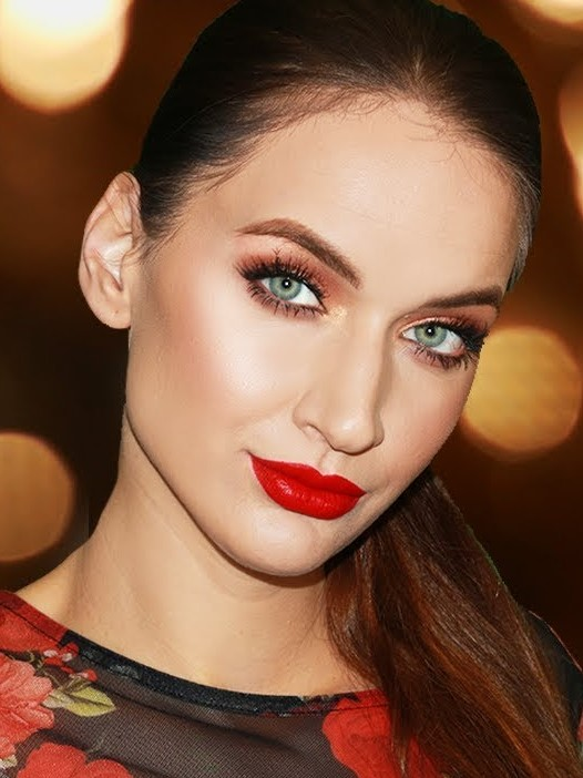 makeup-style-what-to-wear-christmas-day-dinner-holiday-outfits-winter-red-lips-monochromatic-eyeshadow.jpg