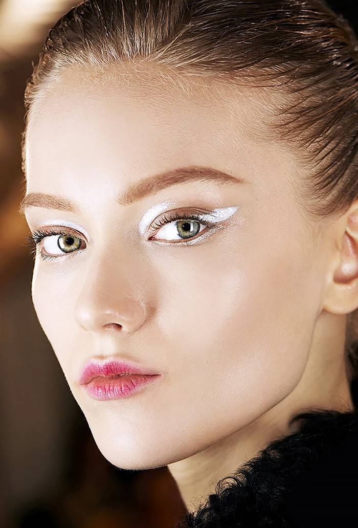 makeup-ideas-style-what-to-wear-newyearseve-nye-holiday-outfits-winter-white-silver-eyeshadow.jpg