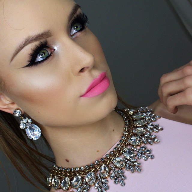 makeup-style-what-to-wear-valentines-day-dinner-holiday-ideas-winter-bright-pink-fuschia-eyeliner.jpg