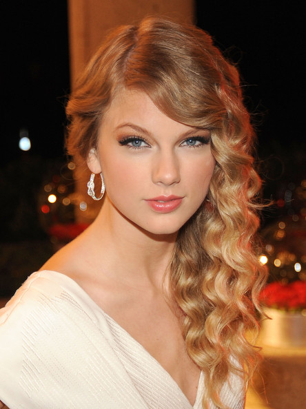 hair-styles-what-to-wear-valentines-day-dinner-holiday-outfits-winter-sidepart-wavy-curls-blonde-taylorswift.jpg