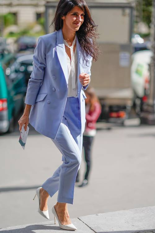 what-to-wear-for-a-spring-wedding-guest-outfit-purple-light-slim-pants-suit-white-top-blouse-brun-white-shoe-pumps-purple-light-jacket-blazer-dinner.jpg