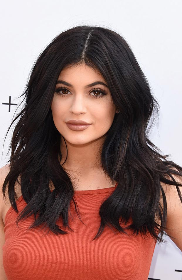 wear-hair-down-wedding-guest-hair-style-beauty-kyliejenner-long-wavy-middle-part.jpg