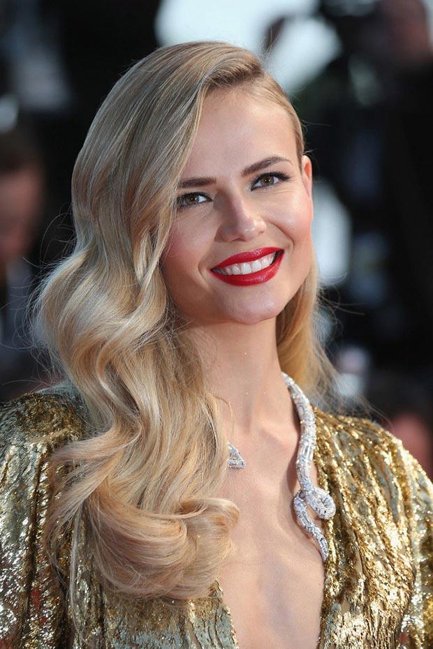 wear-hair-down-wedding-guest-hair-style-beauty-side-part-wavy-blonde-elegant-red-lips.jpg