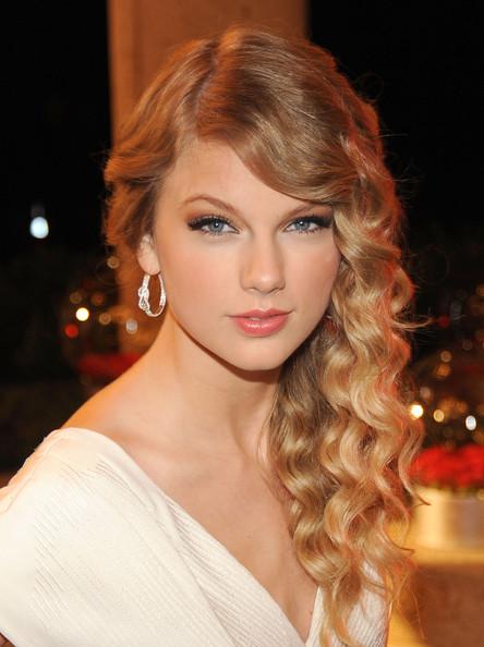 wear-hair-down-wedding-guest-hair-style-beauty-side-part-wavy-curls-blonde-taylorswift.jpg