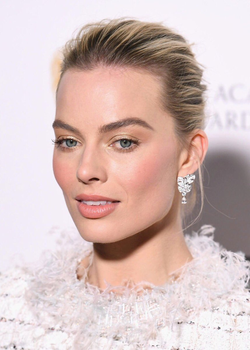 soft-natural-how-to-do-your-makeup-for-wedding-guest-beauty-gold-eyeshadow-margotrobbie.jpg