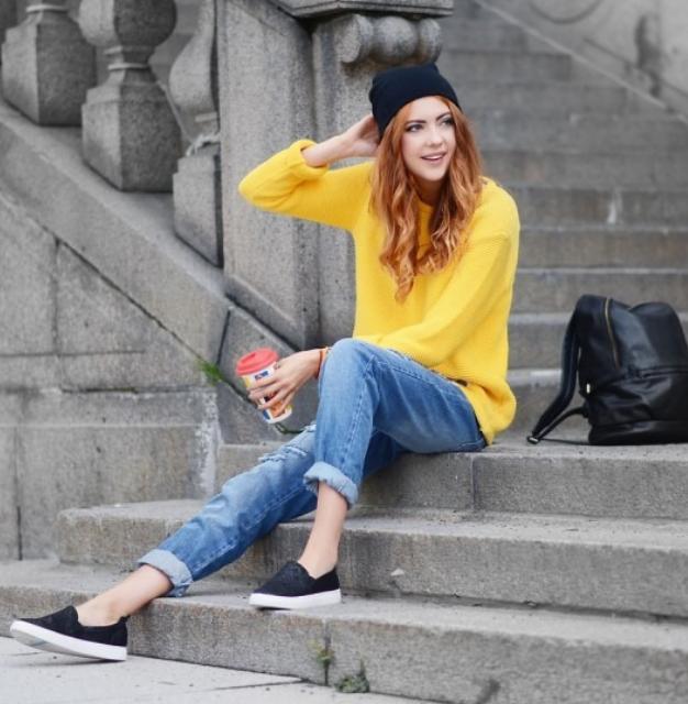 blue-med-boyfriend-jeans-yellow-sweater-black-shoe-sneakers-black-bag-hairr-howtowear-fashion-style-outfit-fall-winter-beanie-street-weekend.jpg