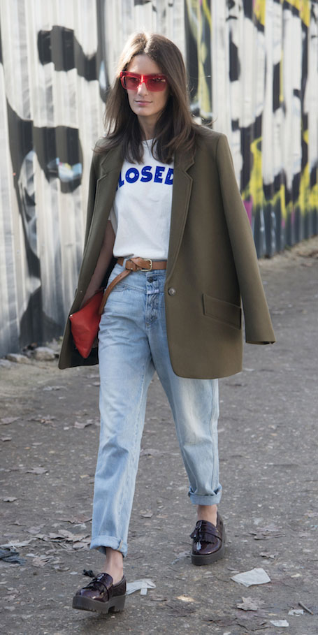 blue-light-boyfriend-jeans-white-graphic-tee-belt-sun-green-olive-jacket-blazer-boyfriend-burgundy-shoe-brogues-red-bag-fall-winter-hairr-lunch.jpg