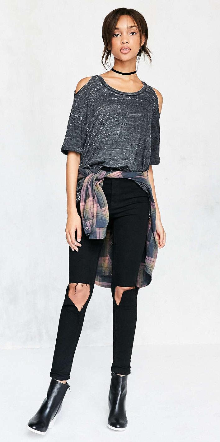 black-skinny-jeans-grayd-tee-pink-light-plaid-shirt-howtowear-style-fashion-fall-winter-bun-cutout-black-shoe-booties-choker-brun-lunch.jpg
