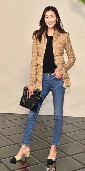 blue-med-skinny-jeans-tan-shoe-pumps-black-tee-black-bag-tweed-brun-tan-jacket-lady-fall-winter-lunch.jpeg