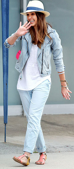 5f0ec0528cd9 jessicaalba-blue-light-chino-pants-white-tee-blue-