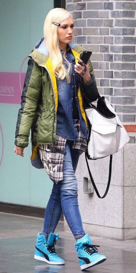 blue-med-skinny-jeans-green-olive-jacket-coat-puffer-blonde-white-bag-blue-shoe-sneakers-gwenstefani-fall-winter-weekend.jpg