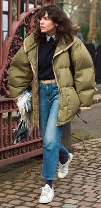 blue-light-crop-jeans-belt-layer-socks-white-shoe-sneakers-green-olive-jacket-coat-puffer-fall-winter-brun-weekend.jpg