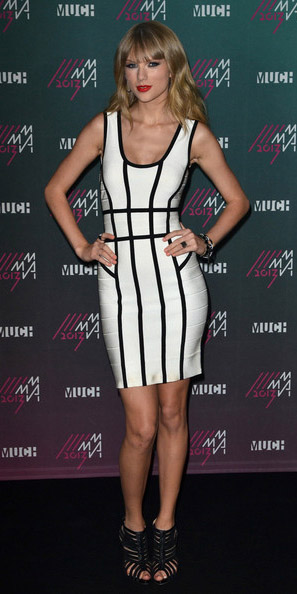 white-dress-bodycon-taylorswift-black-shoe-sandalh-stripe-spring-summer-blonde-dinner.jpg
