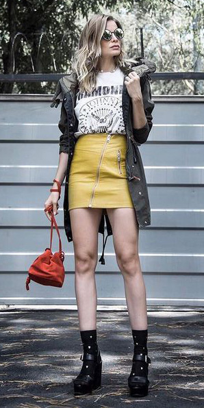 07e49e1b54d8 yellow-mini-skirt-white-graphic-tee-red-bag-