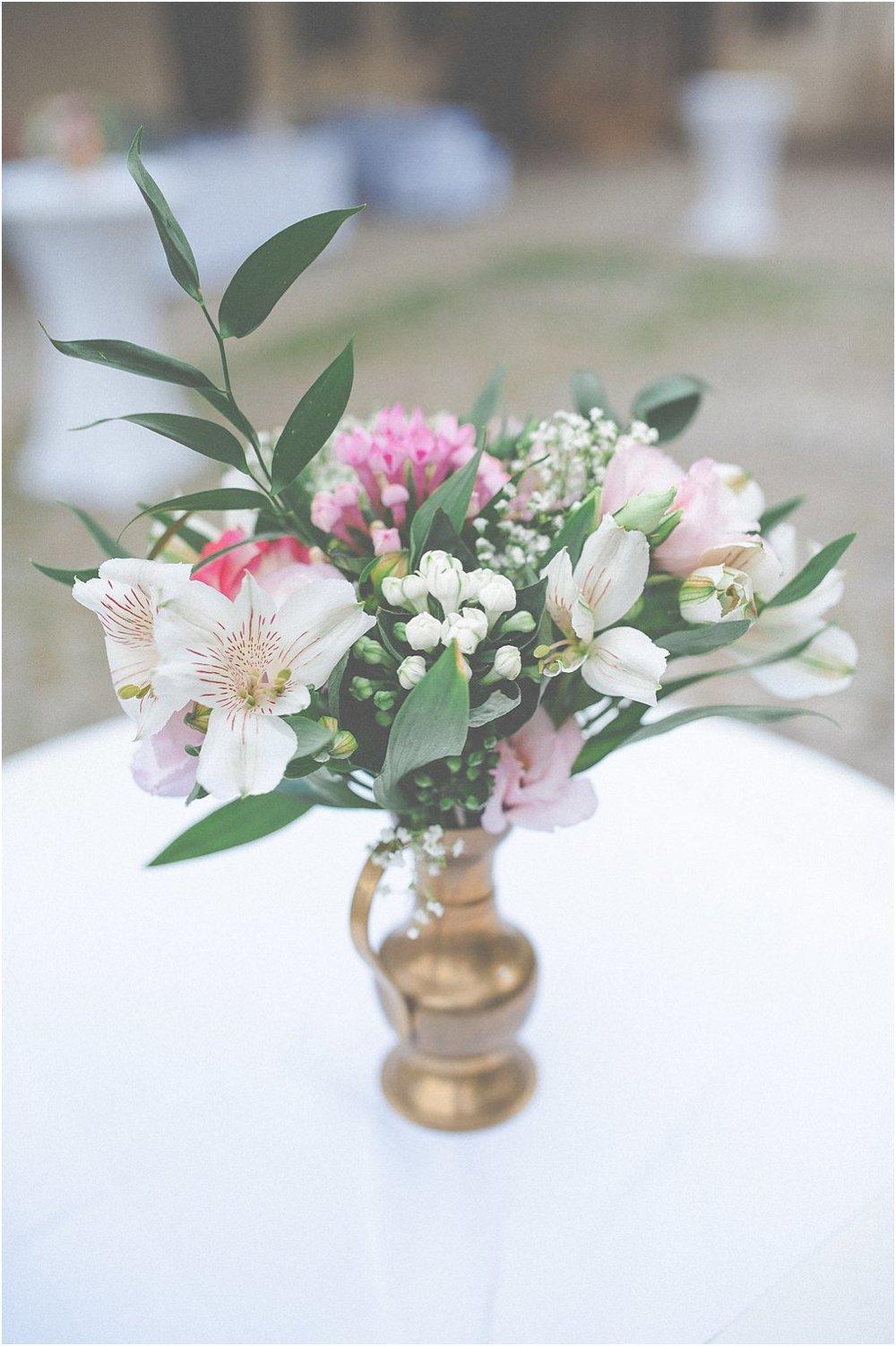 Messingvase mit Blumen