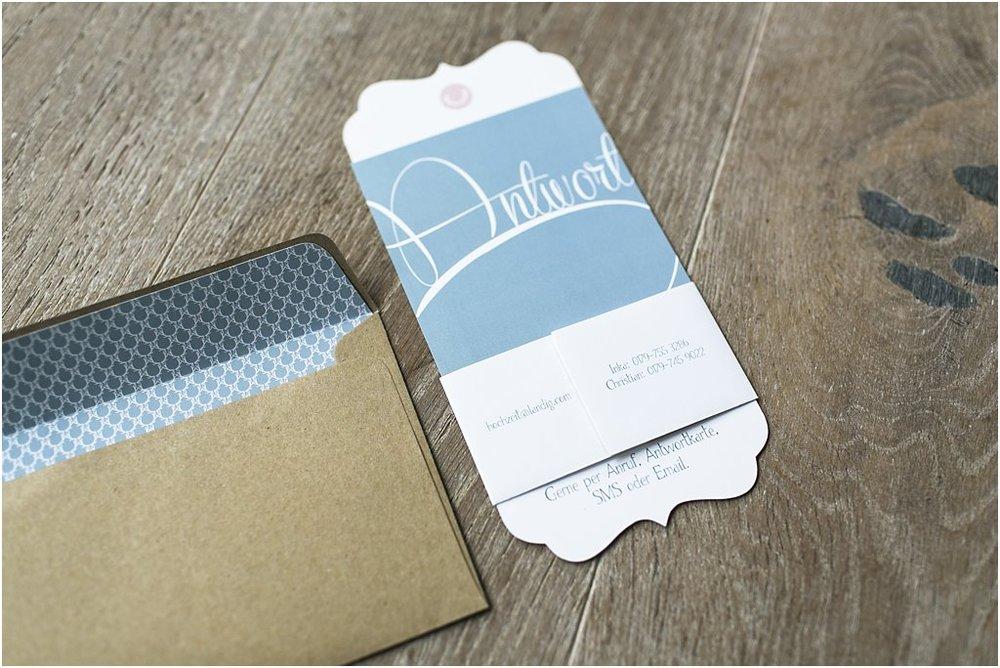 Einladung mit Antwortkarte auf der Rückseite und Info-Flyer umgebunden