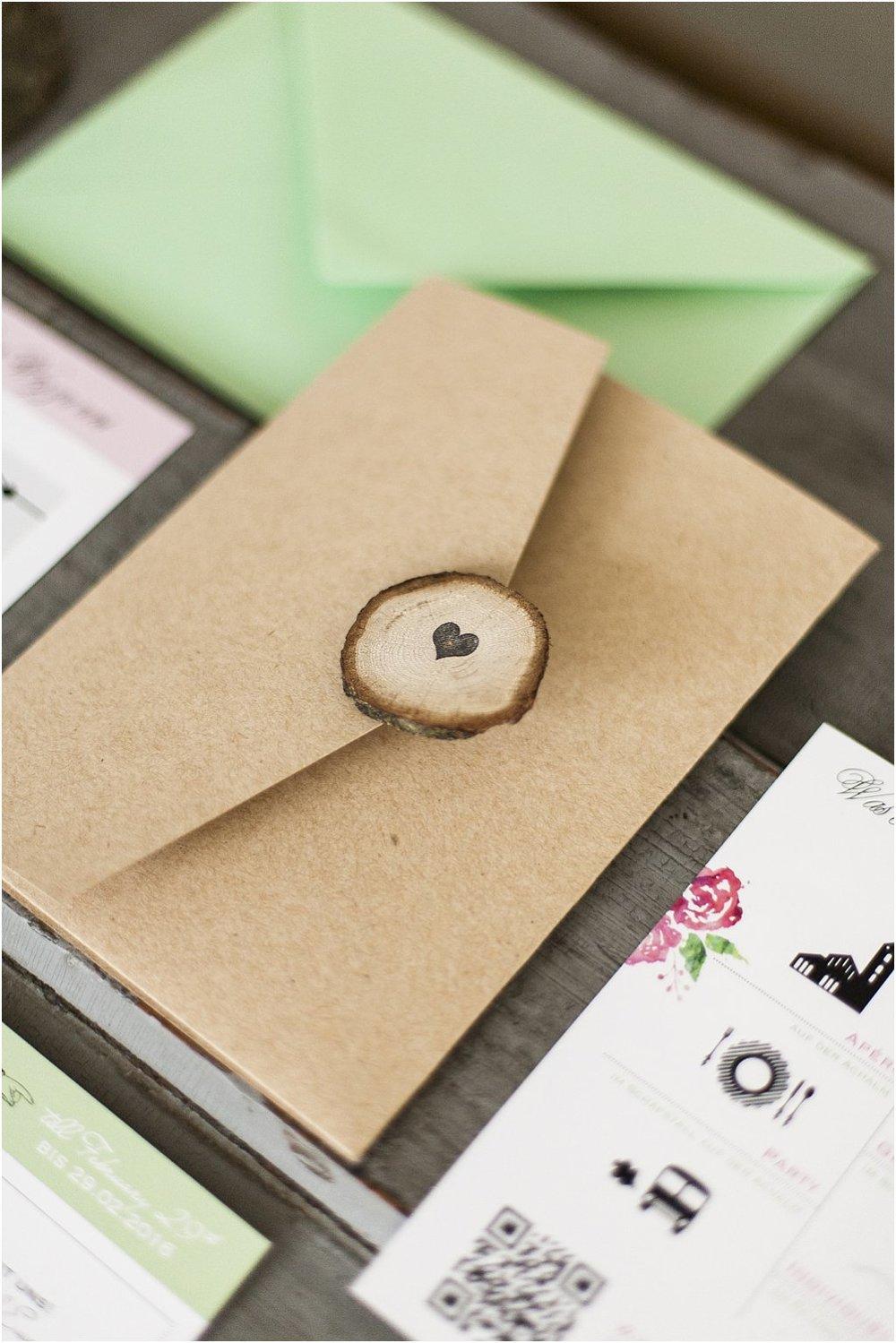 Pocketeinladung geschlossen mit Holzscheibe und Herzstempel