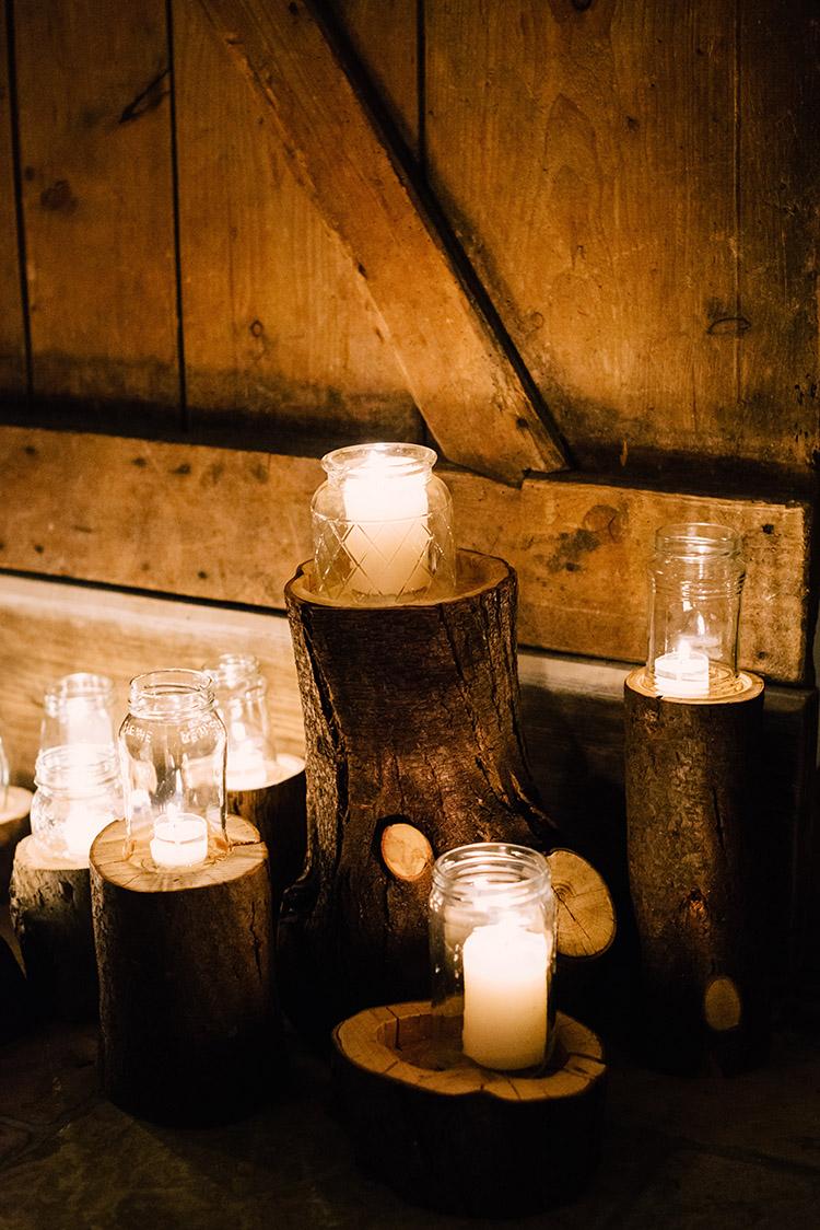 Kerzen und Holzstämme