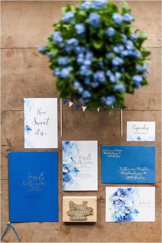 Einladung und Antwortkarte mit blauem Briefumschlag, Kirchenheft, Stempel und Candybar-Papeterie