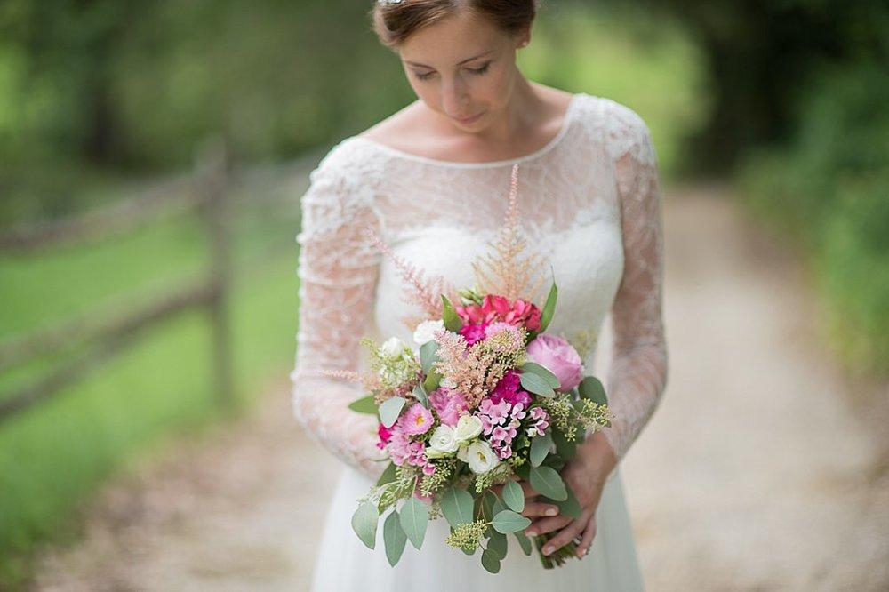 Brautstrauß mit Beerentönen und Eukalyptus