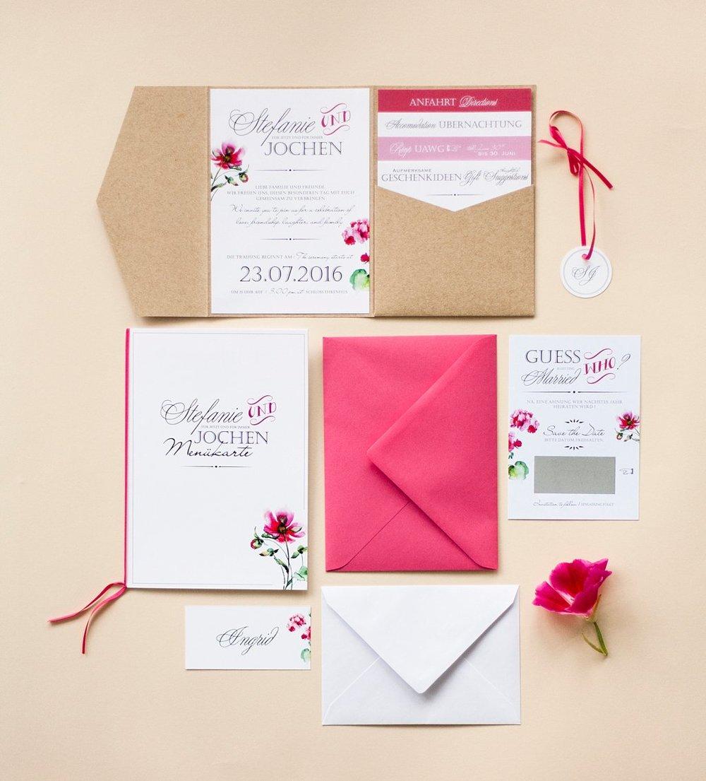 Pocketeinladung mit 4 Einschüben und Anhänger, Menükarte, Save the Date Karte mit Rubbelfeld, Namensschild und Briefumschläge