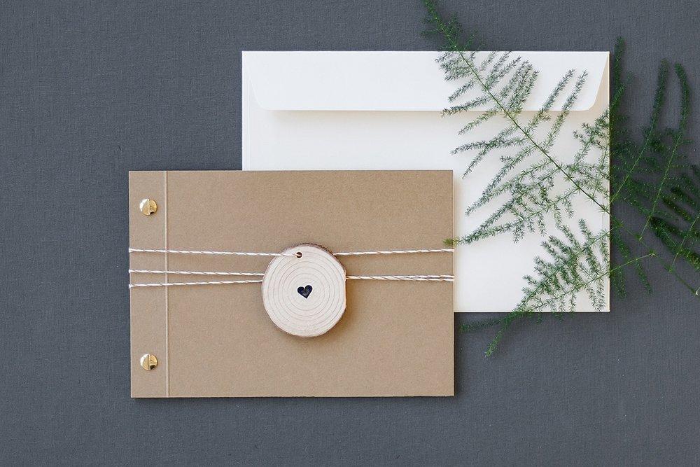 Booklet Variante mit Deckblatt aus Kraftpapier und Holzanhänger, Briefumschlag in Creme