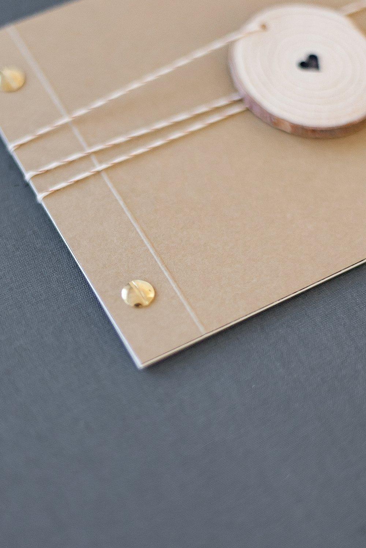 Booklet mit goldenen Buchschrauben gebunden