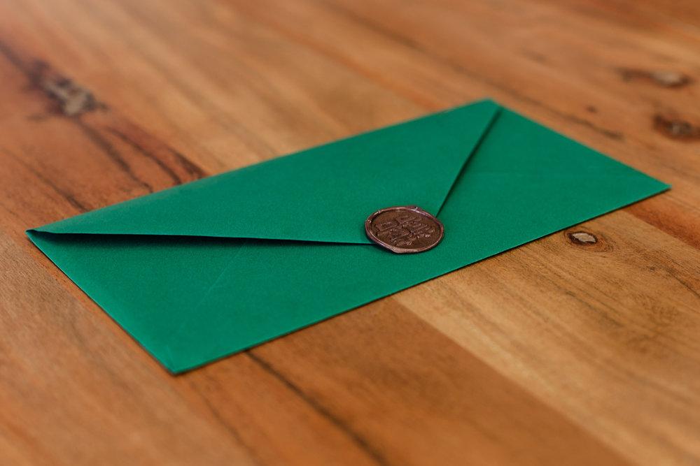 Grüner Briefumschlag mit Siegelstempel Kupfer