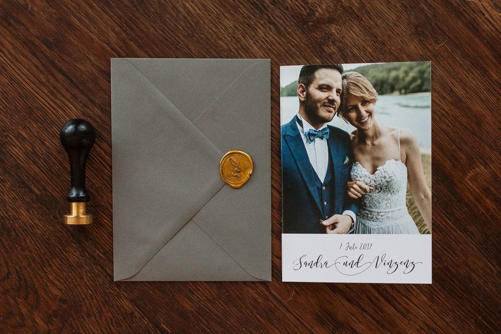 Dankeskarte als Klappkarte, mit grauem Briefumschlag und goldenem Siegel