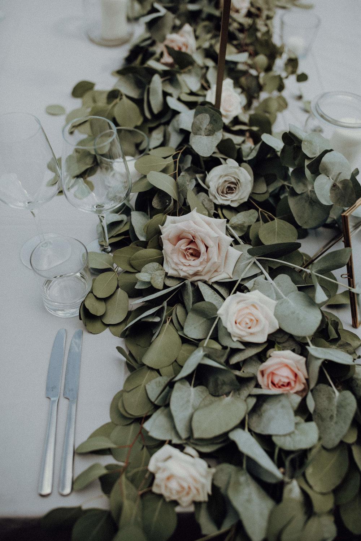 Tischdekoration Eukalyptus Rosen Tischläufer weiß pastelltöne