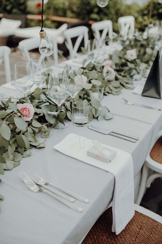 Tischdekoration Glühbirnen Italienhochzeit Bohostyle Industrial Design Eukalyptus Rosen