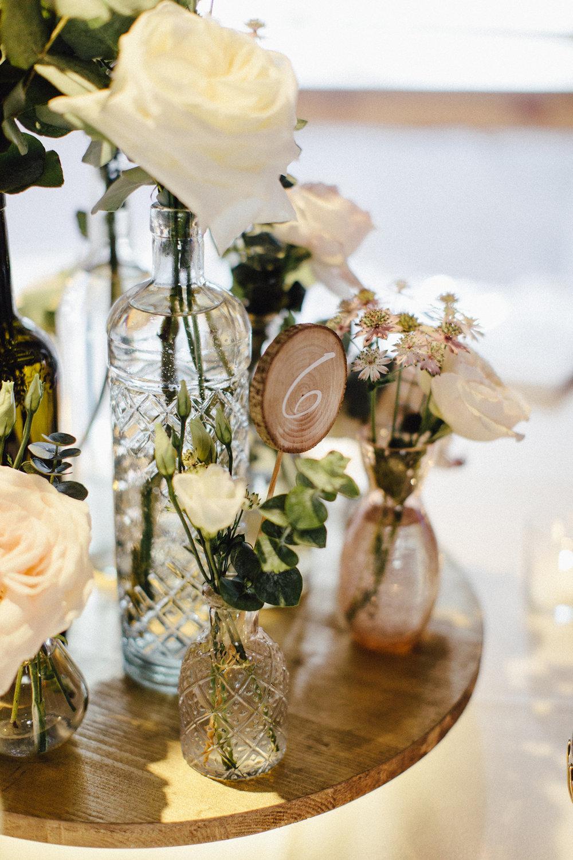 Centerpiece Hochzeit mit LED Beleuchtung Holz Flaschen