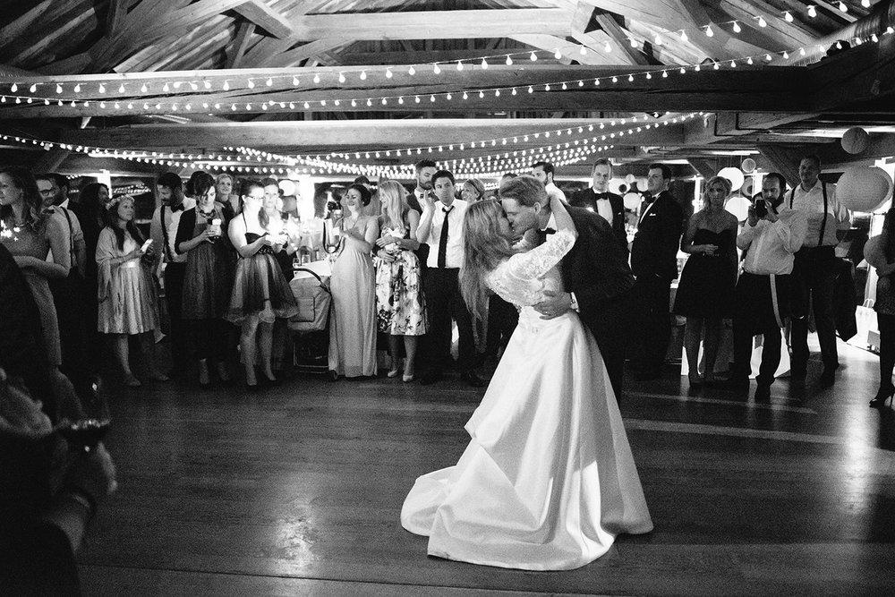 Stimmungsbild Brautpaartanz mit Lichterketten2.jpg