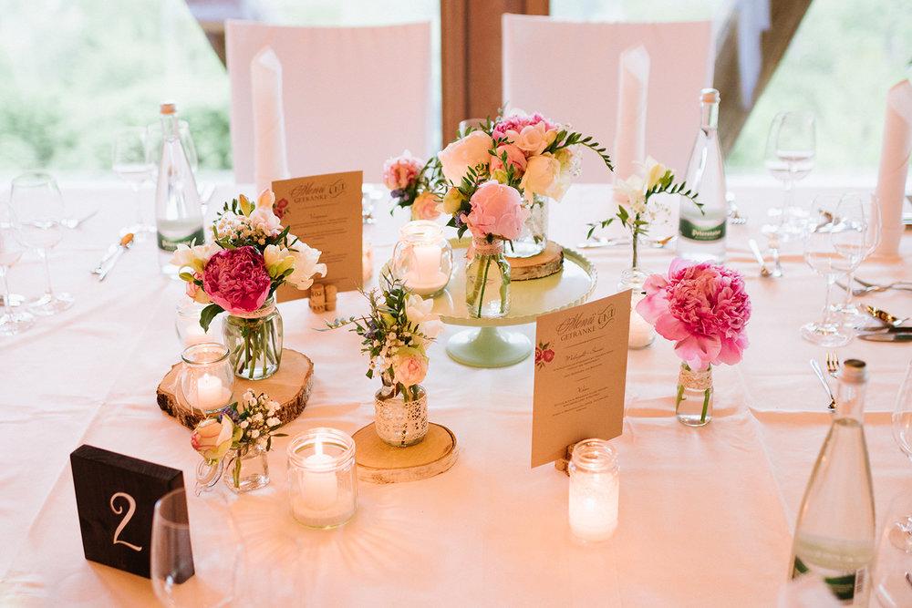 Tischdekoration mit Birkenscheiben (1 große:2 mittlere), Kuchenplatte (1-2:Tisch), Glasvasen (Sammelgläser, 2 große:4 mittlere:2 kleine) und Kerzengläsern (4 mittlere:4 kleine), Tischnummer, 2 Kartenhalter Korken .jpg