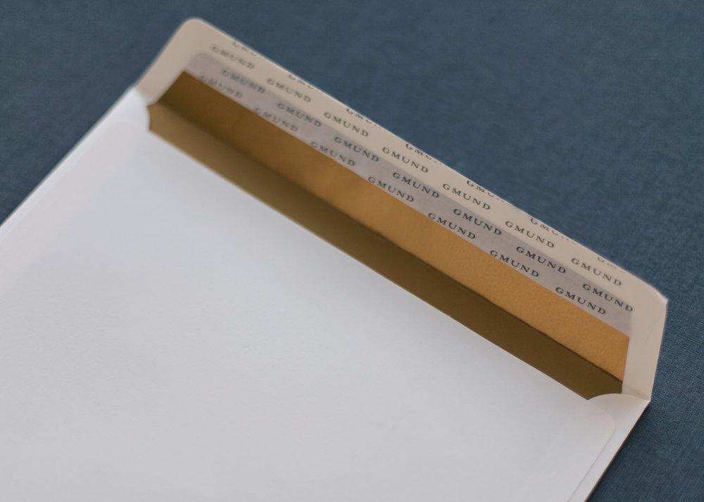 Weißer Briefumschlag mit goldenem Innenfutter