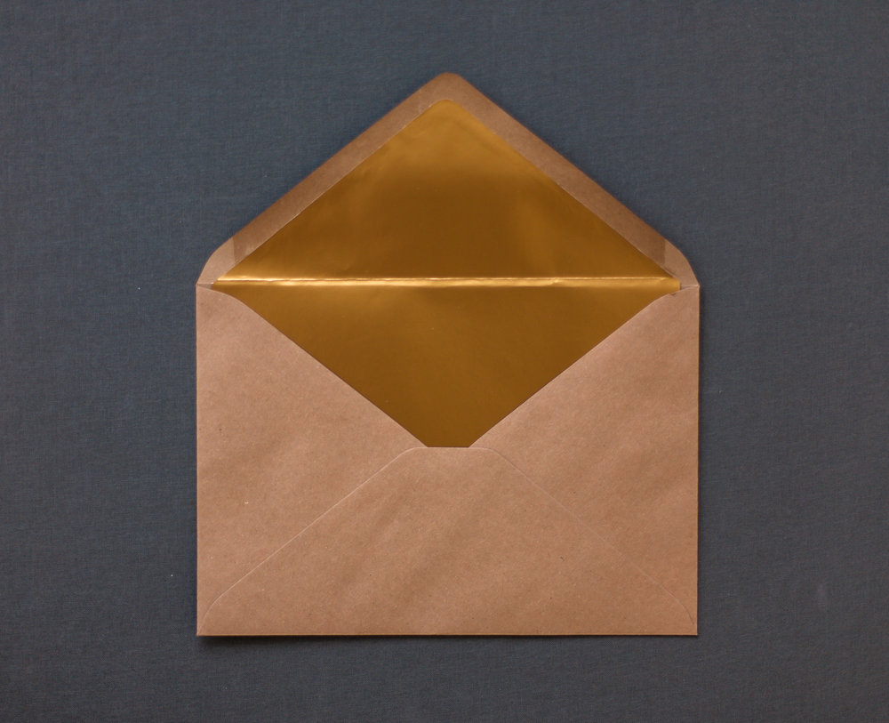 Briefumschlag Kraftpapier mit goldenem Brieffutter