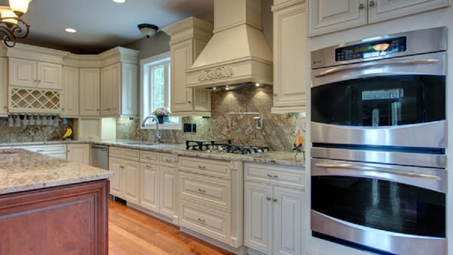 A7_Creme_colored_maple_wood_cabinets_with_a_bold_bronze_glaze_in_traditional_style_09.jpg